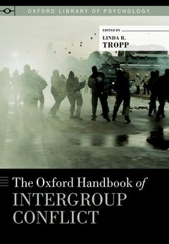 Couverture de l'ouvrage The oxford handbook of intergroup conflict (series: oxford library of psychology)